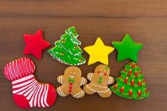 Праздничные вкусные печенья рождества на деревянном столе Взгляд сверху Стоковое Изображение RF
