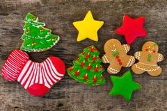 Праздничные вкусные печенья рождества на деревянном столе Взгляд сверху Стоковая Фотография RF