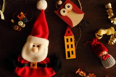 Праздничные игрушки зимы и мягкий Санта Клаус для дерева Нового Года на деревянной предпосылке как украшение зимних отдыхов Стоковое фото RF
