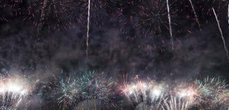 Праздничные красочные фейерверки взрывая в небесах стоковые фотографии rf