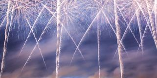 Праздничные красочные фейерверки взрывая в небесах стоковая фотография rf