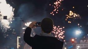 Праздничные фейерверки на ` s Eve Нового Года в центре города ночи Стоковое Изображение RF