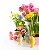 Праздничные цветки и яйца весны для пасхи стоковое фото rf