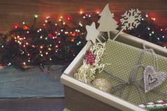 Праздничный натюрморт с даже деревянным ящиком, рождеством забавляется, подарок в коробке, fairy светах Стоковые Фотографии RF
