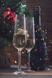 Праздничный натюрморт с 2 стеклами и бутылкой шампанского Стоковые Изображения RF