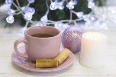 Праздничный натюрморт с чаем и свеча в белых и розовых цветах Стоковое Изображение RF
