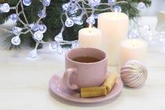 Праздничный натюрморт с чаем и свечи в белых и розовых цветах Стоковое Изображение RF