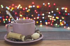 Праздничный натюрморт с чашкой розового чая и fairy светами Стоковые Изображения