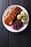 Праздничный немецкий полный обедающий Sauerbraten - тушёное мясо говядины с se подливки стоковое изображение