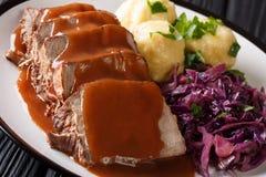 Праздничный немецкий полный обедающий Sauerbraten - тушёное мясо говядины с se подливки стоковые изображения rf