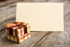 Праздничный подарок и карточка стоковая фотография