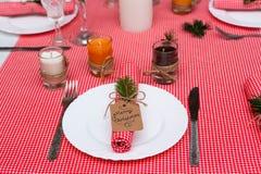 Праздничный состав с свечами и плитами таблица плиты салфетки украшения Красивая сервировка стола, красная ткань таблицы, скатерт Стоковое Изображение