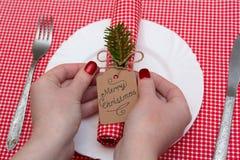 Праздничный состав с свечами и плитами таблица плиты салфетки украшения Красивая сервировка стола, красная ткань таблицы, скатерт Стоковые Фото