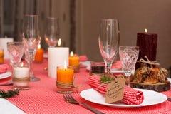Праздничный состав с свечами и плитами таблица плиты салфетки украшения Красивая сервировка стола, красная ткань таблицы, скатерт Стоковое Изображение RF