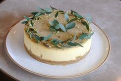 Праздничный торт на таблице в кафе стоковые изображения