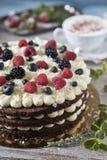 Праздничный торт с ягодами и чашкой ароматичного кофе стоковое изображение rf