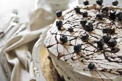 Праздничный торт с ягодами и чашкой ароматичного кофе стоковые изображения