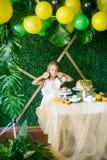 Праздничный шоколадный батончик для маленькой девочки, украшенный в тропическом стиле с пирожными торта лимона и зефирами и ярким стоковое фото rf