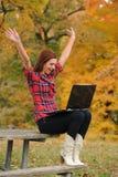 праздновать детенышей женщины wirh компьтер-книжки компьютера Стоковая Фотография