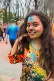 Праздновать индийский фестиваль цветов и весну Holi в парке Gorky Стоковая Фотография