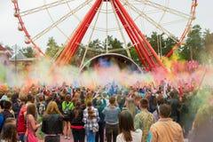 Праздновать индийский фестиваль цветов и весну Holi в парке Gorky Стоковое Изображение