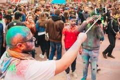 Праздновать индийский фестиваль цветов и весну Holi в парке Gorky Стоковые Фотографии RF