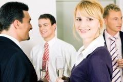 праздновать офис шампанского выпивая стоковое фото rf