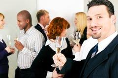 праздновать офис шампанского выпивая стоковое изображение rf