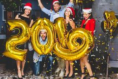 Праздновать партию Нового Года Группа в составе жизнерадостные маленькие девочки в красивом нося золоте нося покрасила 2019 и стоковые фото
