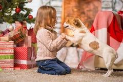 Праздновать ребенка девушки счастливого рождества дома fireplac стоковое фото rf
