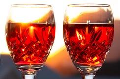 Праздновать романтичный Sundowner с охлаженным розовым вином стоковое фото