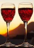 Праздновать романтичный Sundowner с охлаженным розовым вином стоковое фото rf