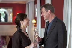 праздновать усмехаться пар шампанского Стоковая Фотография