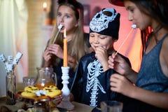 Праздновать хеллоуин с друзьями стоковая фотография rf