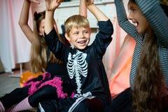 Праздновать хеллоуин с лучшими другами стоковые изображения rf