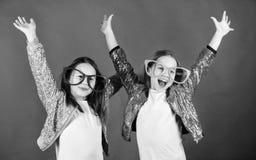 Праздновать Keep Крутые девушки партии нося причудливые стекла Небольшие дети в изумленных взглядах партии имея потеху Девушки па стоковое фото rf