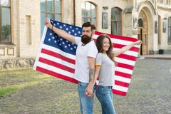 Празднующ День независимости совместно Хипстер и сексуальная женщина держа американский флаг на День независимости E стоковые изображения rf