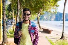 Праздника моря пляжа молодого испанского человека идя летние каникулы Гая тропического счастливые усмехаясь стоковые изображения
