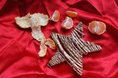 Праздники в Италии - звезде, мандарине и предпосылке шарлаха Стоковое Фото