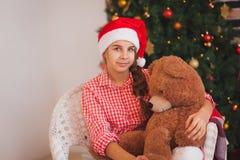 Праздники, настоящие моменты, рождество, детство и стоковое изображение