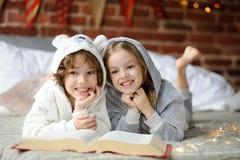 Праздники рождества 2 дет кладут на кровать в мягких pyjamas Стоковая Фотография