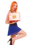 Праздники любят концепцию счастья - девушку с подарочной коробкой Стоковое фото RF