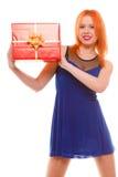 Праздники любят концепцию счастья - девушку с подарочной коробкой Стоковые Фото