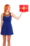 Праздники любят концепцию счастья - девушку с подарочной коробкой Стоковая Фотография