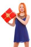 Праздники любят концепцию счастья - девушку с подарочной коробкой Стоковые Изображения RF
