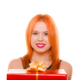 Праздники любят концепцию счастья - девушку с подарочной коробкой Стоковые Изображения