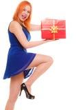 Праздники любят концепцию счастья - девушку с подарочной коробкой Стоковое Фото