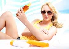 Праздник на пляже - здоровый загорать Стоковая Фотография
