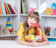 Праздник пасхи - яичка расцветки ребенк Стоковое фото RF