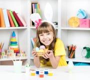 Праздник пасхи - яичка расцветки ребенк Стоковая Фотография